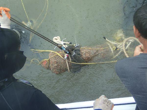 เจ้าหน้าที่กองโบราณคดีใต้น้ำกู้ปืนใหญ่บริเวณปากน้ำแหลมสิงห์ จังหวัดจันทบุรี
