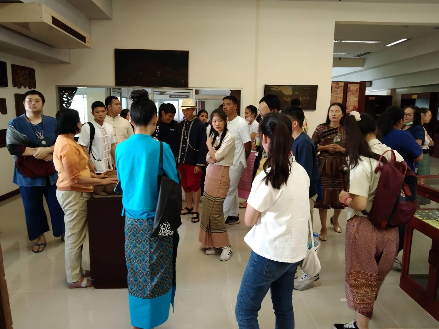 คณะครู และนักเรียนโรงเรียนมงฟอร์ตวิทยาลัย ตำบลท่าศาลา อำเภอเมืองเชียงใหม่ จำนวน ๓๔ คน เข้าเยี่ยมชมห้องหนังสือท้องถิ่น ห้องภาษาโบราณ และหอศิลปวัฒนธรรมภาคเหนือ