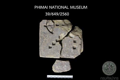 ข้อมูลโดยสังเขปเกี่ยวกับทับหลังปราสาทหนองหงส์ และโบราณวัตถุสำคัญอื่นๆ ที่พบจากการขุดศึกษาเมื่อ พ.ศ. 2545